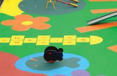 Выбираем резиновое покрытие для детских площадок: виды и преимущества